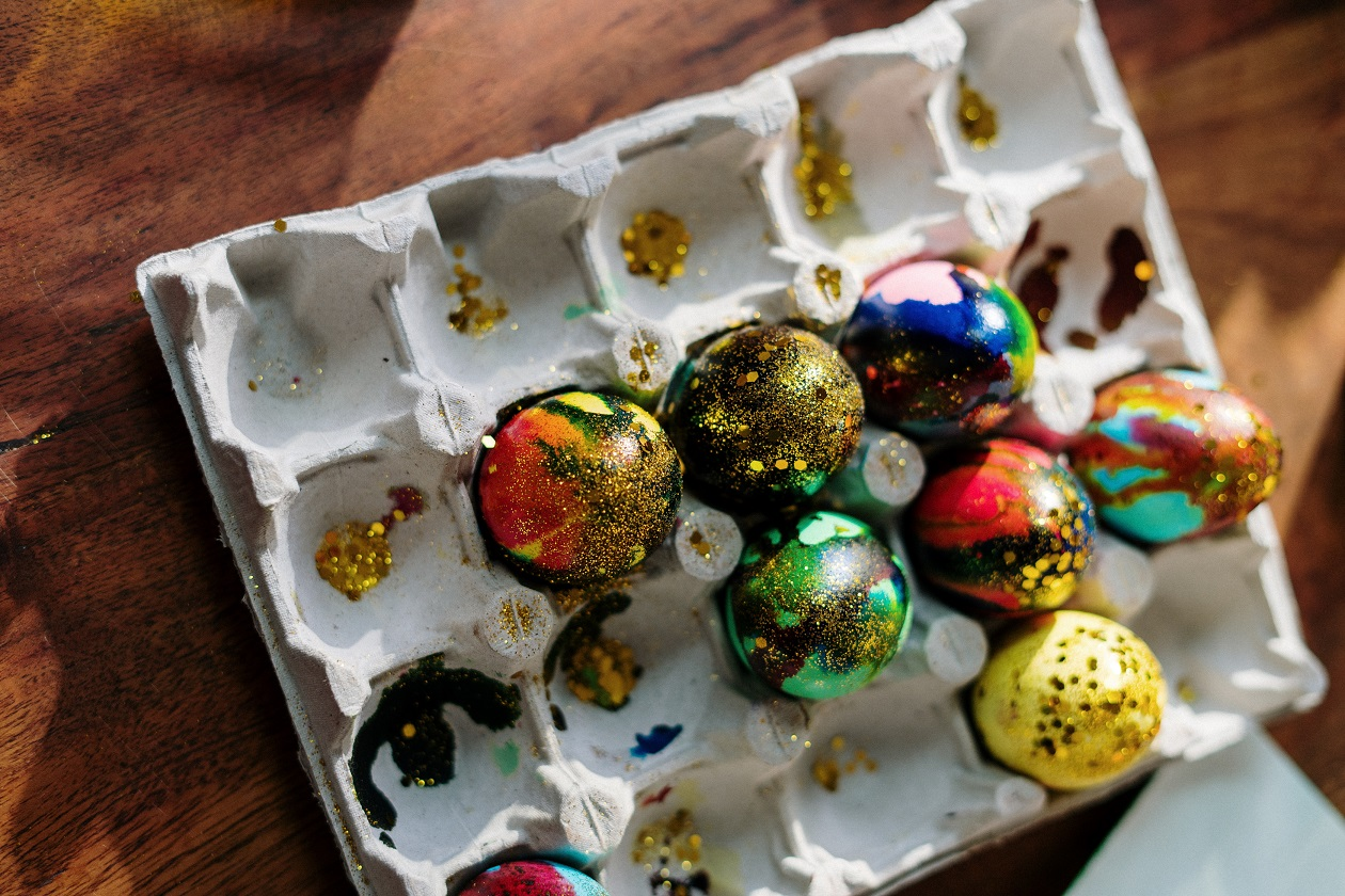 Close up photo of easter eggs on a tray 3972147